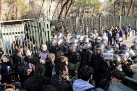 """المحتجون في طهران يهتفون: """"لا غزة ولا لبنان روحي فداء إيران"""" - فيديو"""
