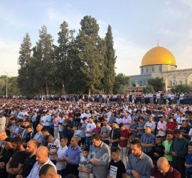 رغم عربدة المستوطنين الإرهابيين .. 60 ألف مصل بالأقصى في الجمعة الثانية من رمضان