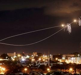 صاروخ يصيب مبنى في بتاح تكفا شرق تل أبيب واندلاع النيران فيه - فيديو