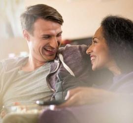 علامات تدل أن زوجك يثق بك