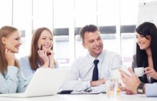 6 أشياء لا تقولها لزملاء العمل.. الأسئلة الشخصية والتعليق على الملابس خط أحمر