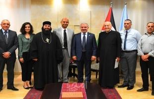 أشتية يستقبل وفدًا من جمعية الكتاب المقدس الفلسطينية