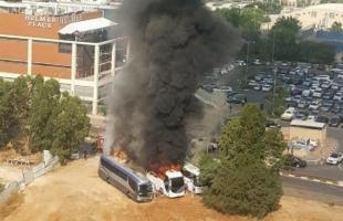 بالصور. اشتعال النيران بحافلات اسرائيلية قرب تل أبيب