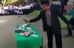 بالفيديو .. مدير مدرسة ماليزية يهشم موبايلات الطلاب بعد منع استخدامها