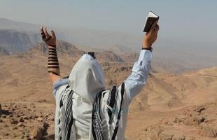 """سياح يهود يؤدون طقوس تلمودية في """"البتراء الأردنية"""" والسلطات تغلق مقام النبي هارون (صور)"""