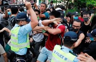 اشتباكات في مطار هونج كونج بعد وقف الرحلات