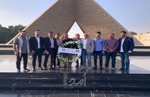 بالصور - التيار الإصلاحي يضع إكليلاً من الزهور على نصب تذكاري في مصر
