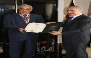 أشتية يمنح وسام نجمة القدس للسفير الجزائري في مصر
