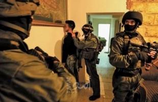 """قوات الاحتلال تعتقل الجريح """"نور الصيبي"""" بعد مداهمة منزله شمال الخليل"""
