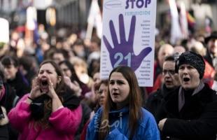 بروكسل: آلاف المتظاهرين يشاركون في تجمع لمناهضة العنف ضد المرأة