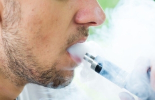 دراسة تكشف عن أرقام مخيفة حول مدخني السجائر الإلكترونية في المدارس الأمريكية
