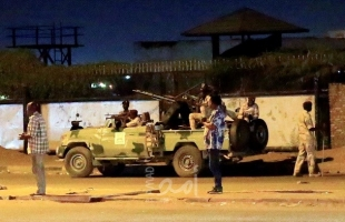 """محدث - مقتل عسكريين اثنين وإصابة 4 خلال تمرد """"المخابرات السودانية"""" والبرهان: لن نسمح بانقلاب"""