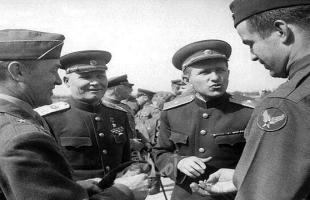 الدفاع الروسية تنشر صوراً فريدة لقادة النصر بالحرب العالمية الثانية لجنرالات أمريكيين وسوفيت