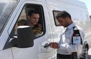 الخليل: ضبط مركبة حاولت دهس عسكري محملة بالدجاج المهرب