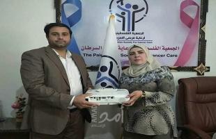 جامعة فلسطين تتبرع بجهاز بروجكتور للجمعية الفلسطينية لرعاية مرضى السرطان