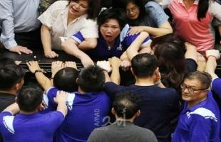 المعارضة في تايوان تحتل البرلمان مجدداً بعد اشتباكات