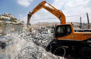 سلطات الاحتلال تخطر بهدم 6 محلات وتصادر جرافة جنوب جنين