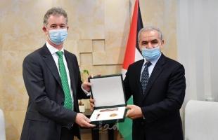 اشتية يقلد سفير ايرلندا لدى فلسطين وسام نجمة القدس