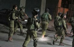 إعلام عبري: اعتقال عامل فلسطيني يشتبه بحيازته أسلحة