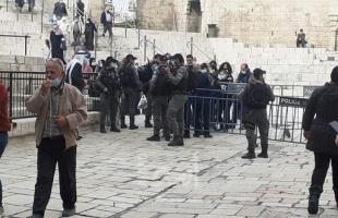 القدس: سلطات الاحتلال تستدعي شاب للتحقيق وتبعد آخر