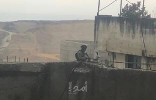 قوات الاحتلال تطلق النار تجاه شابين في قلقيلية وتعتقل مصاباً من الخليل