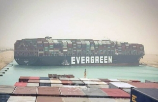 رئيس هيئة قناة السويس: لا إصابات أو وفيات أو تلوث ناتج عن جنوح السفينة
