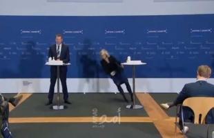"""إغماء وسقوط مروع لمسؤولة دنماركية خلال الإعلان عن إيقاف استخدام """"أسترازينيكا"""" - فيديو"""