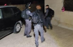 قوات الاحتلال تقوم بحملة اعتقالات ومداهمات بمناطق متفرقة من الضفة