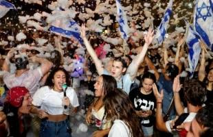 """الآلاف يحتفلون في """"تل أبيب"""" بالإطاحة بعهد نتنياهو الطويل - صور وفيديو"""