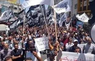 """مسيرات غاضبة في الخليل ورام الله احتجاجًا على اغتيال الناشط """"نزار بنات"""" - صور وفيديو"""
