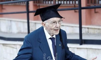 رجل مسن يتحدى الشيخوخة ويتخرج من الجامعة بعمر 96!