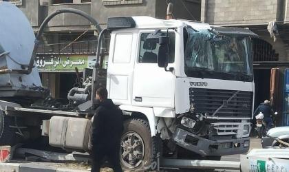 اصطدام شاحنة تحمل وقود بعامود كهرباء في خانيونس- صور