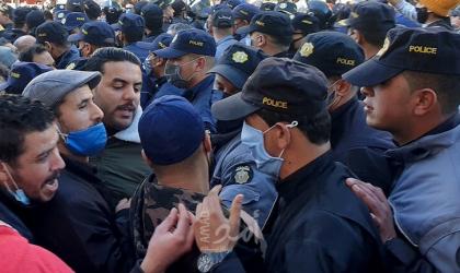 """تونس.. محتجون يرددون """"الشعب يريد إسقاط النظام"""" - فيديو"""