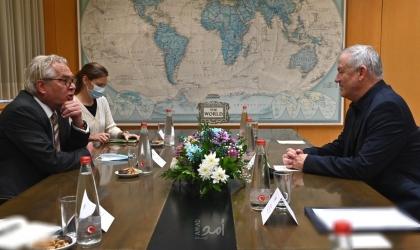 غانتس يبلغ المنسق الأممي بضرورة وقف صواريخ غزة