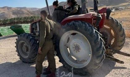 """قوات الاحتلال تصادر """"جرار زراعي"""" في أريحا"""