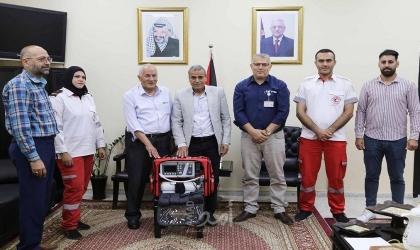 قلقيلية: المحافظ يسلم جهاز ( port+ ventilator ) لجمعية الهلال الأحمر الفلسطيني