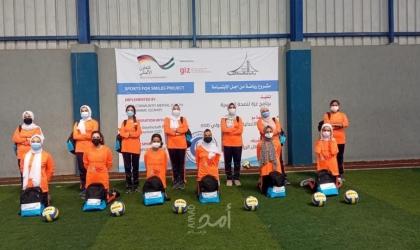 """""""برنامج غزة للصحة النفسية"""" يوزع أدوات رياضية للأندية وزي رياضي للأطفال"""