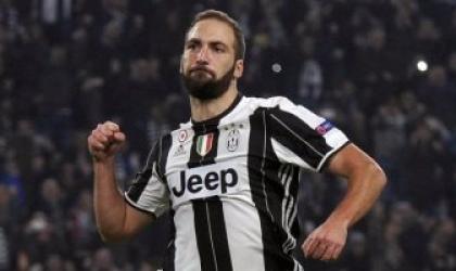 """نجم يوفنتوس الايطالي"""" هيجواين"""" يلمح بإعتزال كرة القدم نهائيا"""