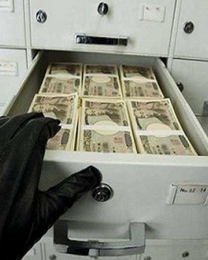 """القبض على رجل أعمال في دبي رمى نقودُا مزيفة على عمال لـ""""كسب متابعين"""""""