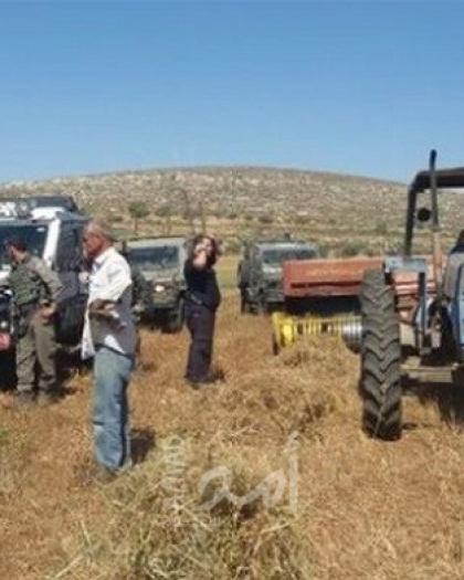 سلطات الاحتلال تستولي على جرافة في الأغوار الشمالية