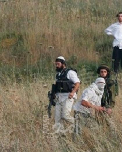 الخليل: مستوطنون يعتدون على شاب ويشتمون ويطاردون صحفيا في تل الرميدة