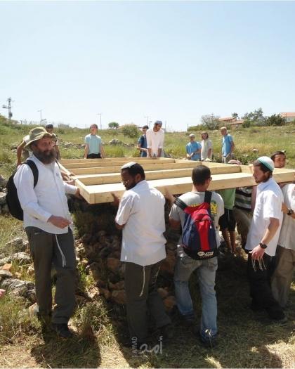 مستوطنون ينصبون خيامًا على قمة جبل صبيح جنوب نابلس