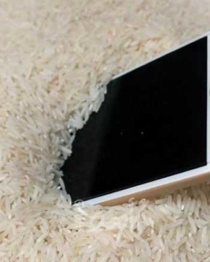 """""""مجرد خرافة"""".. خبراء يحذرون لا تضع هاتفك في الأرز بعد سقوطه في الماء - فيديو"""
