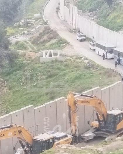 جيش الاحتلال يهدم منزلا ومنشآت في مخيم شعفاط ورأس خميس شمال القدس - صور