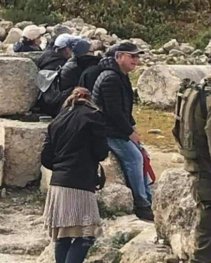 """نابلس: مستوطنون يسرقون 110 """"بالات"""" قش"""